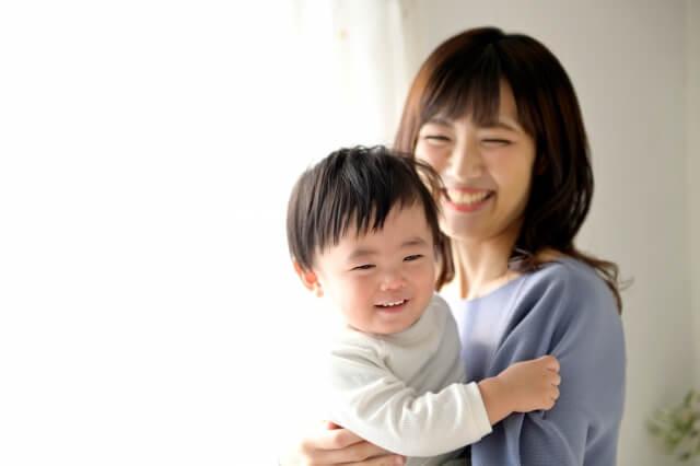 赤ちゃんと笑うママ