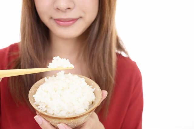 白米を食べる女性