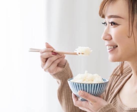 炭水化物を食べる女性